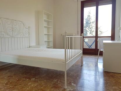 Ampie camere con balcone in appartamento di 105m²